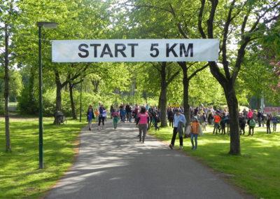 Met een grote banner wordt aangegeven waar de start van de 5 km is