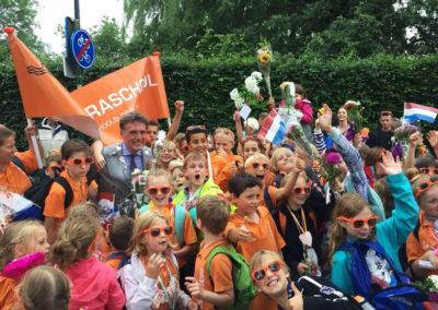 Kinderen van de Barbaraschool wilden graag op de foto met locoburgemeester Jorrit Eijbersen.