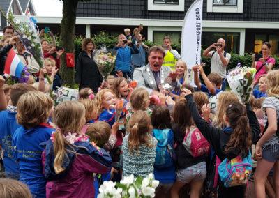 Kinderen van de Anne Frankschool ontvangen de beker voor de sportiefste school op de 5 km.