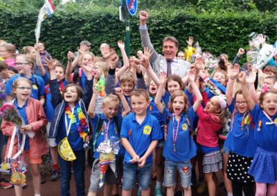 De Anne Frankschool juicht omdat zij sportiefste school op de 5 kilometer zijn geworden.